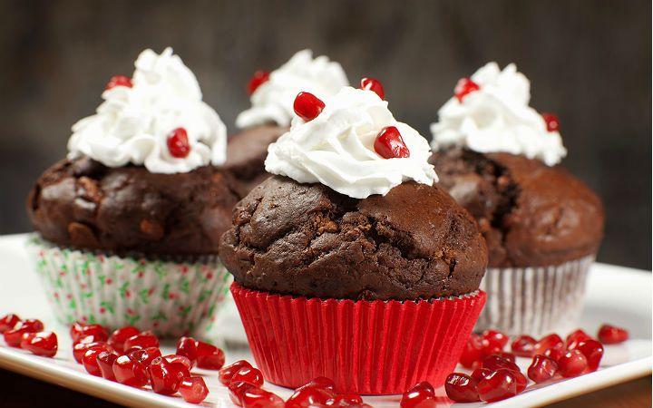 Porsiyonluk kek tarifi olarak da kabul gören muffinleri, bol kakao ve damla çikolata parçaları ile hazırlayıp, sevdiklerinizle paylaşabilirsiniz.