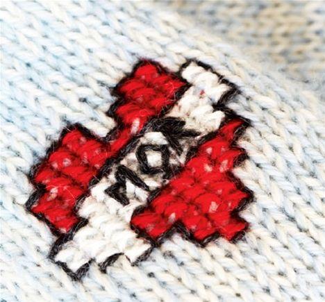 En trøje med broderet tatovering er en genial dåbs- eller fødselsdagsgave til den lille – i hvert fald bliver mor ellevild. Du kan strikke modellen i str. 6-24 mdr.