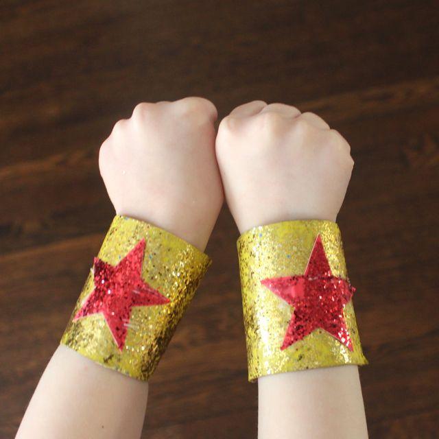 A great DIY idea for little super heroes: magic glitter bracelets made from cardboard paper rolls.