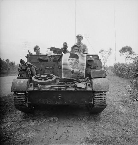 Soerabaja; de opmars naar Malang (Nederlandse universal carrier (bren-carrier) met op de voorkant een affiche met de afbeelding van Soekarno 24 juli 1947 (Collectie nationaal archief)