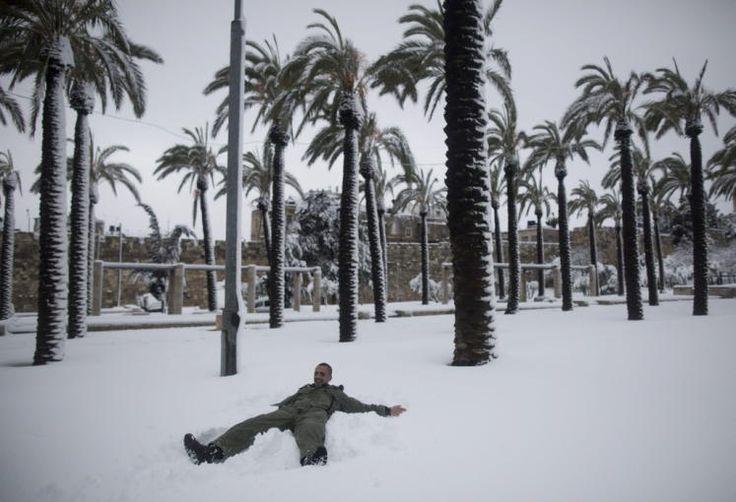 Schnee und Palmen: Statt im Sand liegt man dieser Tage in Israel unter Palmen im Schnee: 15 bis 20 Zentimeter sind in Jerusalem gefallen. Der Schneefall hat an einigen Orten zu Verkehrsbehinderungen und Unterrichtsausfall geführt. So musste der Flughafen in Rosh Pina im Norden am Freitagmorgen geschlossen werden, während es etwa auf den Golan Höhen, in Jerusalem und den umliegenden Gebieten schulfrei gab. Mehr Bilder des Tages: http://www.nachrichten.at/nachrichten/bilder_des_tages (Bild…