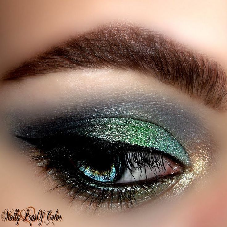@MolyPopsofColor built colors to #SMOKEYEYE splendor using her gifted @Tweezerman #BrushiQ!