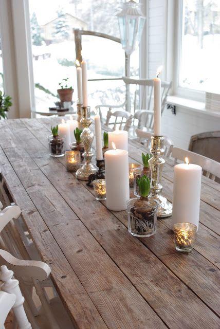 Ceri bianchi, vasetti per yogurt con bulbi, qualche candeliere argentato... un'idea per la decorazione natalizia. @Fröken Knopp