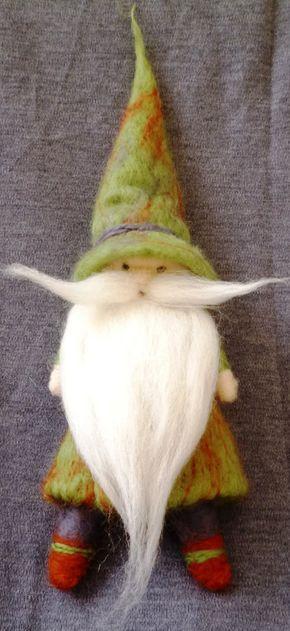 Este gnomo del bosque está listo para ayudar a decorar para las fiestas (se sentaba muy bien en un árbol de Navidad o en una corona) o para disfrutar todo el año. Es aguja de fieltro con pura lana sobre una armadura de alambre (bandejas). Lleva una túnica verde musgo y sombrero con moho y sombreado, botas gris púrpura polainas, moho con fijaciones verdes gris púrpura. Tiene una barba blanca cremosa y verde azulado oscuro.    Acerca de 13 / 33 cm desde la punta del sombrero a los pies…