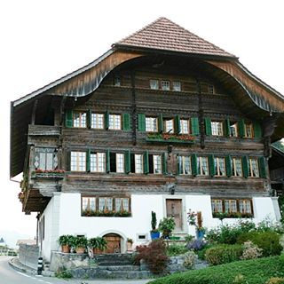 I'm fascinated by the homes in Switzerland, especially in the villages. To me, OLD is BEAUTIFUL. Also, I couldn't help but wonder if an entire extended family still lives in this home (as many have in the past and some still do). Maybe I think about proximity of family more as an expat, but I definitely think it's an interesting and defining dynamic about a culture. How many people would you guess live in this home?  @passionpassport #pphouseportrait2 . . . . #beautifuldestinations…