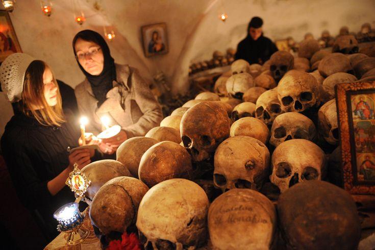 Credincioşi ortodocşi vizitează osuarul de la mănăstirea Pasărea la scurt timp după slujba religioasă de Paşte, în timp ce călugăriţele aprind lumânări pentru cei decedaţi, în satul Pasărea, la 20 de km de Bucureşti, duminică, 24 aprilie 2011. (  Daniel Mihăilescu / AFP  ) - See more at: http://zoom.mediafax.ro/people/pastele-ortodox-2013-10824778#sthash.AHJ6wGum.dpuf