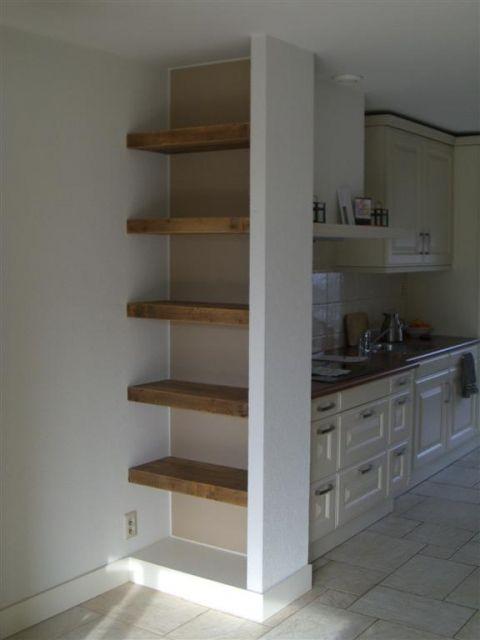 Alleen maar planken, inbouwkast, eventueel manden plaatsen onder de onderste plank (achter de bank)