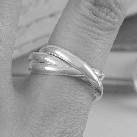 Con su diseño de la icónica banda de boda rusa, estos anillos de plata, con sus 3 bandas de interconexión son una declaración de estilo realmente sin esfuerzo.  Disponible en acabado texturado, por favor haga clic aquí: https://www.etsy.com/uk/listing/229973497/silver-textured-russian-wedding-ring-for  Banda de espesor (de anillos de 1/3): aprox. 0,2 cm Todos los anillos vienen tamaños individualmente. Asegúrese de que usted nos proporciona con un tamaño exa...