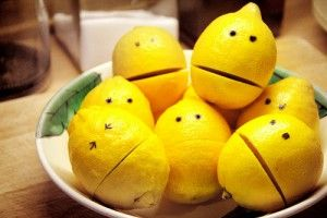 Even though there is an article linked in this picture i pinned it for a great lemon presentation table idea for a BARBEQUE party buffet!!!