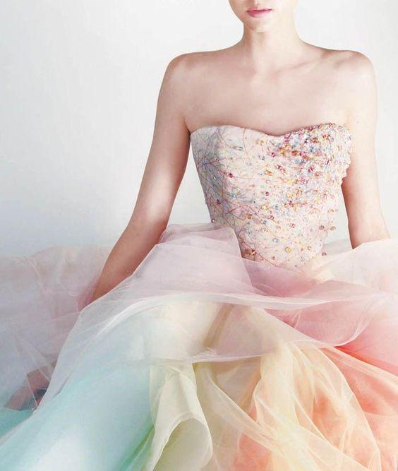 女の子らしさ抜群!ニュアンスカラーのふわふわレインボードレス♡ ウェディングドレスからのお色直しで着たいマルチカラーのカラードレスまとめ☆