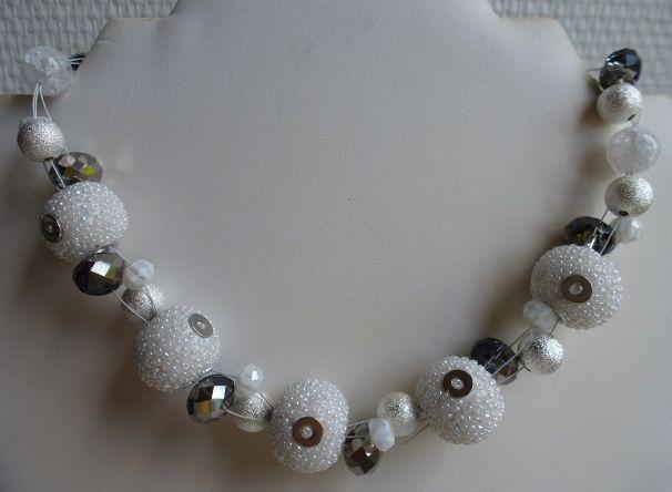 Witte ketting van prachtige kasjmir kralen, stardust zilverkleur, witte millefiore rondellen, facet rondellen, en craquelé wit transparant. Niet zwaar!