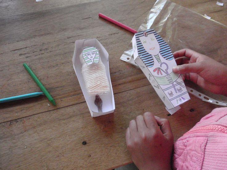 ¿Cómo hacer un pequeño sarcófago de papel? Para hacer este taller ponemos a tu disposición los elementos básicos que necesitas.