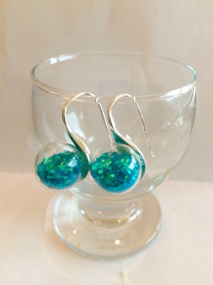 Boucles d'oreilles bulle verre paillettes bleues turquoise : Boucles d'oreille par manava-creation
