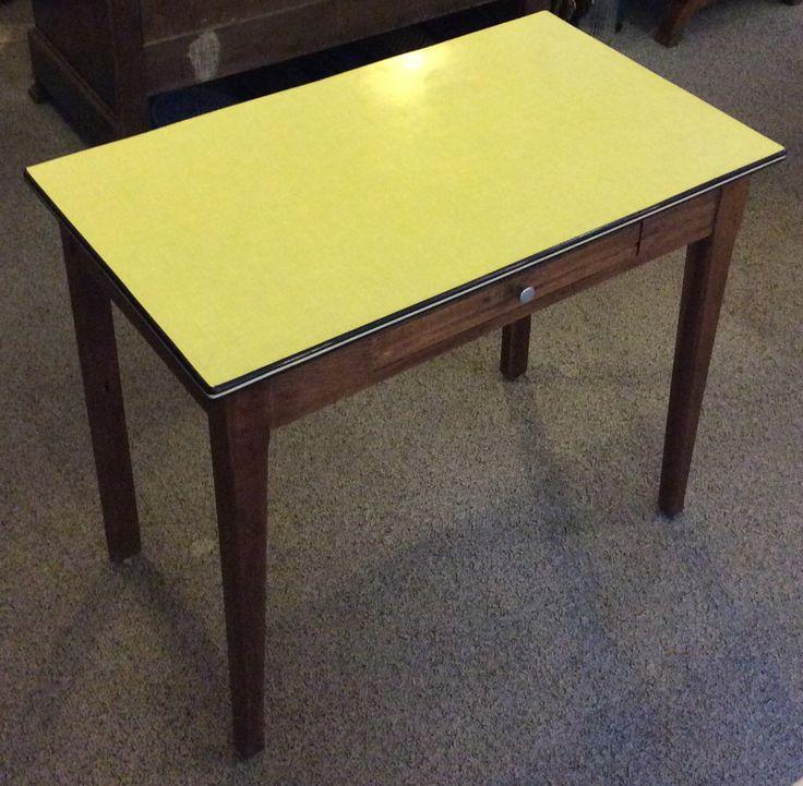 formica/ikilevy-kantinen pöytä 50 luvun lopulta Ranskasta . puiset jalat ja vetolaatikko . korkeus 74.5cm . leveys 91cm . syvyys 53cm . @kooPernu