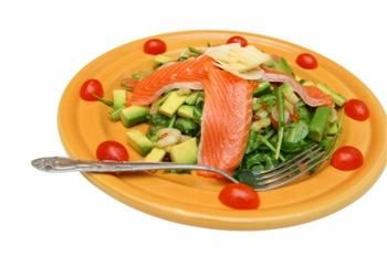 Салат из креветок и лосося с авокадо и маслинами