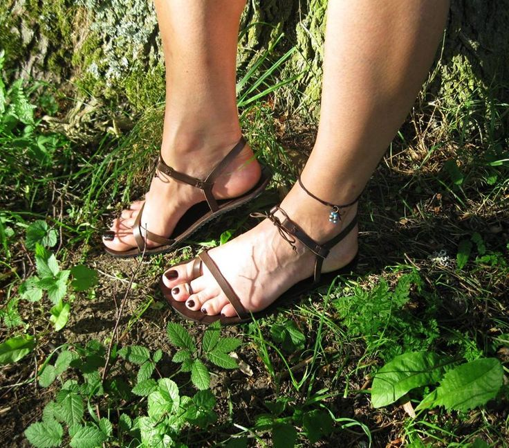 Barefoot+sandály+Sandálky+v+různých+odstínech+vyrobím+na+míru.+Vyrobeno+z+hovězí+kůže+o+síle+1,8+mm,+barveno+kombinací+barev+tmavý+dub+a+tmavý+ořech,+ošetřeno+voskovou+emulzí.+Podrážka+4+mm.