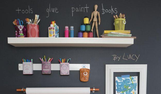 Streiche zur einfachen Beschriftung eine Wand mit Tafellack und hänge dann Regalbretter auf. | 41 schlaue Ideen, wie Du die Zimmer Deiner Kinder toll organisieren kannst