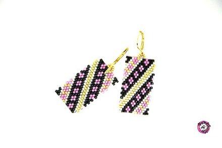 boucles d'oreilles navajo tissées en perles de rocaille japonaises Miyuki, forme géométrique rectangle, harmonie de rose givré, d'or et d'argent souligné de noir, monta - 16049953