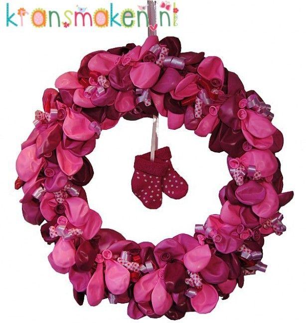 Geboortekrans met verschillende tinten roze en metallic ballonnen. Zo ontzettend leuk om zelf te maken! Een orgineel kado voor je vriendin, een babyshower of gewoon voor jezelf