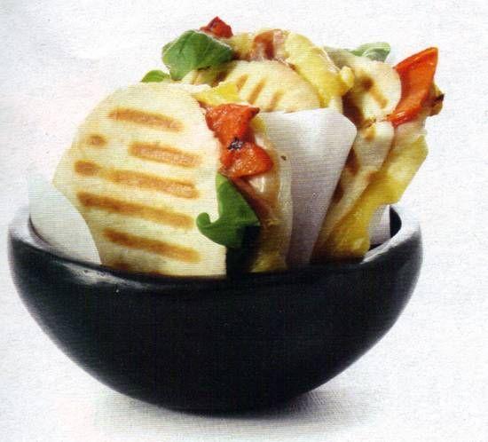 Pita tosti met kaas, parmaham en geroosterde paprika