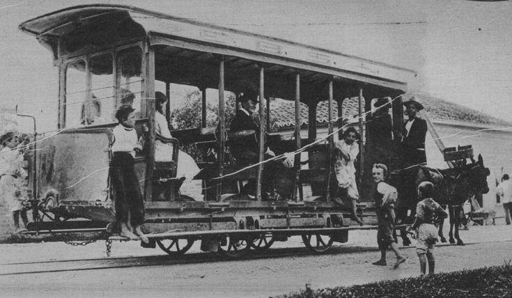 Reprodução - Bonde por tração animal em foto do final do século 19, publicada na edição do Suplemento Rotogravura de 25/12/1930. Leia mais em'E a cidade cresceu seguindo os trilhos dos bondes'