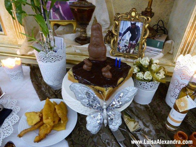 Escolher um bolo de aniversário para o meu marido é fácil: ele gosta de tudo o que leve chocolate! Depois de fazer ESTE boloque todos gostaram cá em casa, decidido ficou que seria o bolo de aniversário dele, mas enriquecido ainda com mais chocolate Usei a minha forma quadrada da Metalúrgica para dar umRead More »