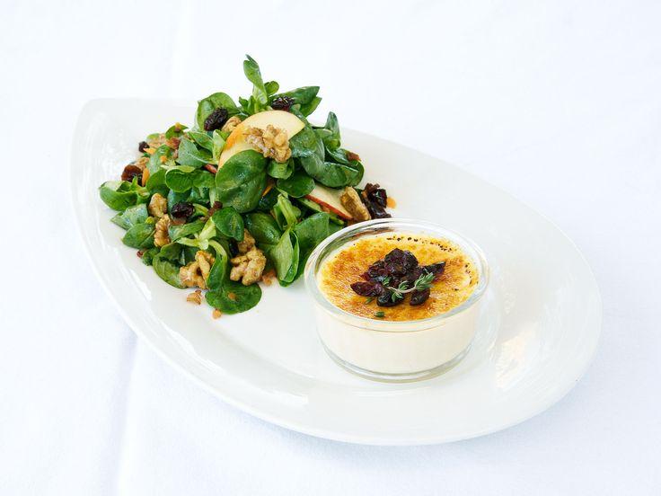 Ziegenkäse-Crème-Brulée und Feldsalat mit Apfeldressing