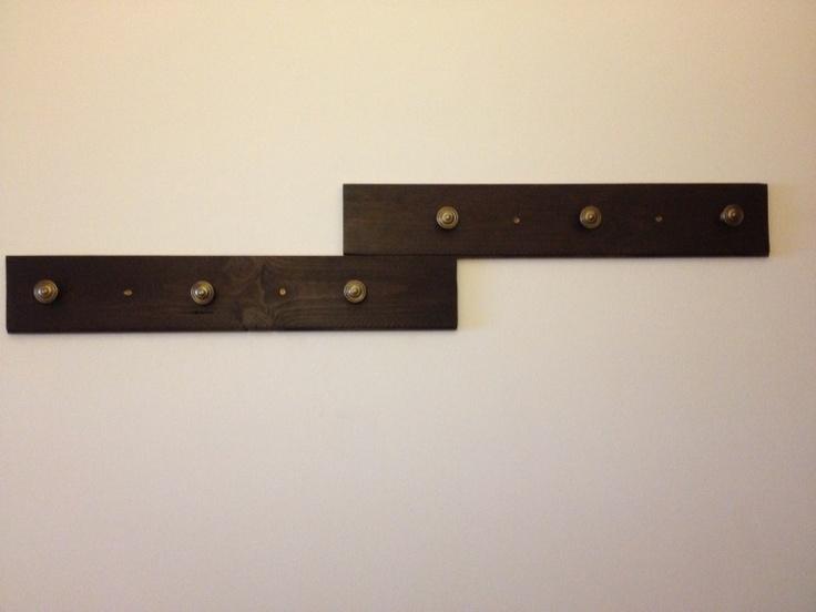 Perchero hecho con listones de madera y pomos de puertas - Pomos puertas armarios ...