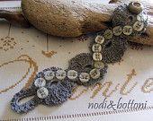 Braccialetto con serpentina di bottoncini su filato di lino a crochet