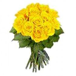 Un radiante mazzo di rose gialle con contorno di foglie color verde chiaro adatto per tutte le occasioni
