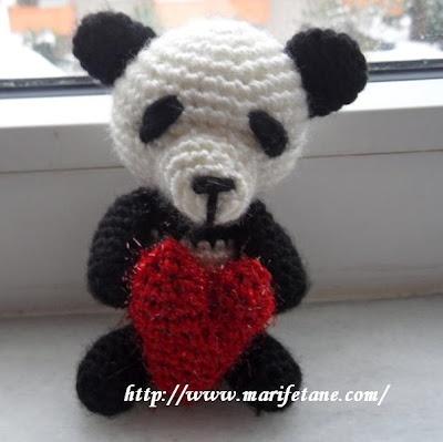 minik örgü kalpli panda