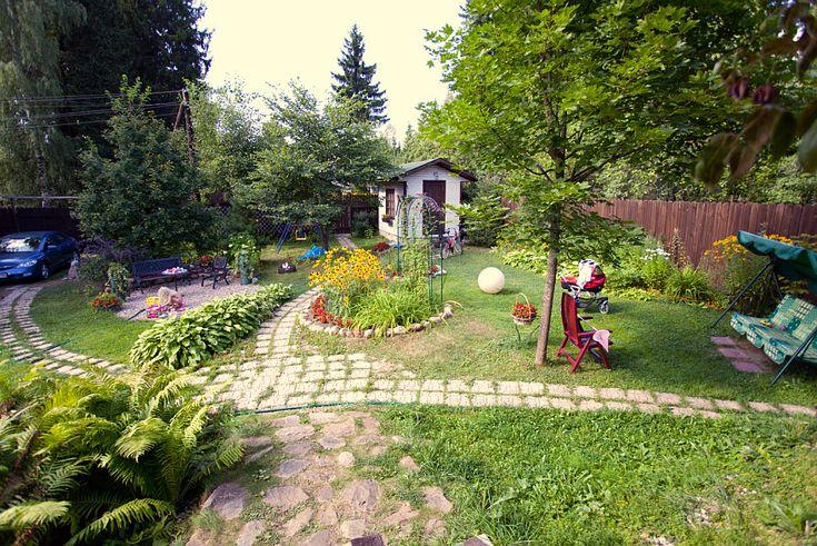 Garden for kids. Простой забор, каменные дорожки и много укромных уголков.