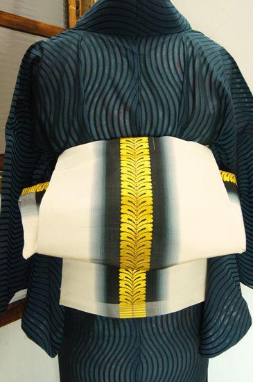 象牙色地に暈し美しい黒の縞に、つややかな菜の花色の藤の花房縞が重ねられた粋な風情ただよう単帯です。 #kimono