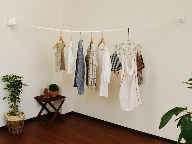 雨の多い季節は、洗濯物を室内に干す機会が増えてしまいます。最近では、花粉やPM2.5の飛散が気になって、あえて部屋干ししているご家庭も多いのではないでしょうか?部屋干しで一番困ってしまうのが、洗濯物を干すスペースがないこと。カーテンレールや物干しラックなどを使うのが一般的ですが、干しにくかったり、見た目がダサかったり、かさばって場所を取ってしまったりと悩みは尽きないものです。「インテリアの邪魔にならずに、必要な時に引き出して、使わないときはスッキリ収納できる物干し竿が欲しい!」実は、そんな都合の良い製品があるんです!今回は、部屋干しの救世主ブルックリンランドリール」についてご紹介します。