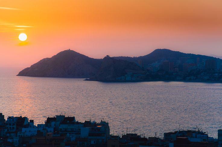 Desde lo alto del Hotel Madeira Centro de Benidorm podrás disfrutar de estas preciosas vistas durante la puesta de sol.  #HotelesBenidorm #Hotelesconencanto #Hoteles #HotelesCostaBlanca #Puestadesol #Sunset #SunsetBenidorm #Atardecer #VisitBenidorm #Dondedormir