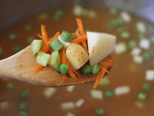 Nada más delicioso, saludable y reconfortante que un buen plato de Sopa de Pasta. Solo hay que seguir el paso a paso. Un buen caldo, vegetales, pasta, papa y buen cilantro, para qué más!