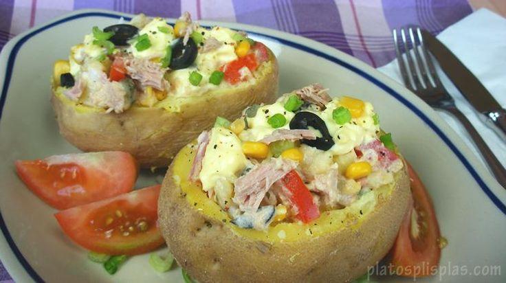 Poco tiempo en la cocina te llevará preparar estas patatas rellenas tal y como nos explican desde el blog PLATOS PLIS PLAS.