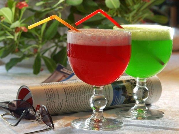 Die Berliner Weiße wird mit rotem oder grünen Schuss in halbkugelförmigen Gläsern serviert