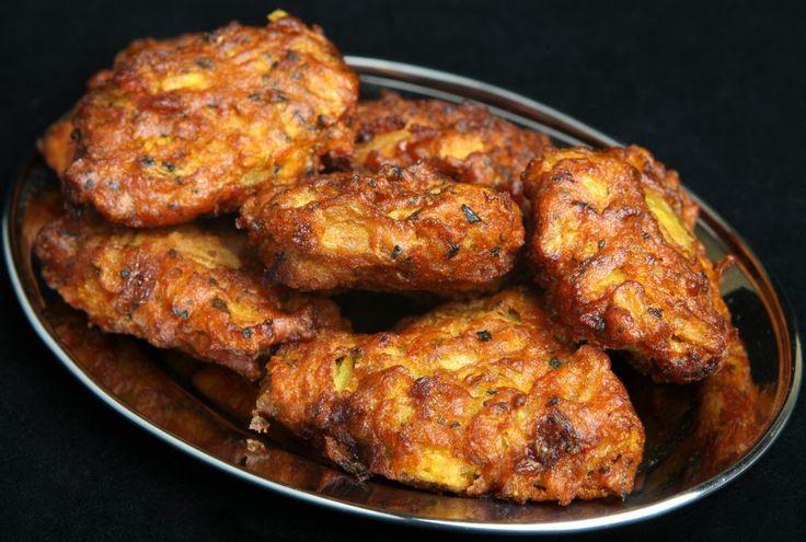 Cel mai iubit aperitiv al indienilor este atât de ușor de făcut acasă! Extrem de aromat, crocant, ieftin și rapid! Perfect pentru cei care țin post și vegani, fără gluten… ce mai! De mâncat în cantități mari, pe nerăsuflate! Taie ceapa fâșii (să arate ca niște mini-spaghete, mai exact) și amestec-o într-un bol cu făina, …