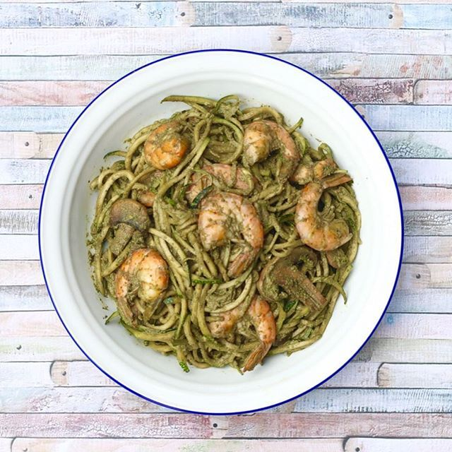Los Zoodles (zapatito italiano + noodles) van perfecto con mi pesto de kale y salteado de camarones/champiñones, y como se pueden comer tanto calientes como fríos, es ideal para disfrutar de una comida sabrosa, ligera, saludable, nutricionalmente completa y refrescante. La gracia de este plato es que es low-carb, o sea, bajo en carbohidratos! Así que si quieres bajar de peso, es un plato ideal para comer en la noche. Los zapallitos (zucchini) son una verdura con muy pocas calorías, la po...