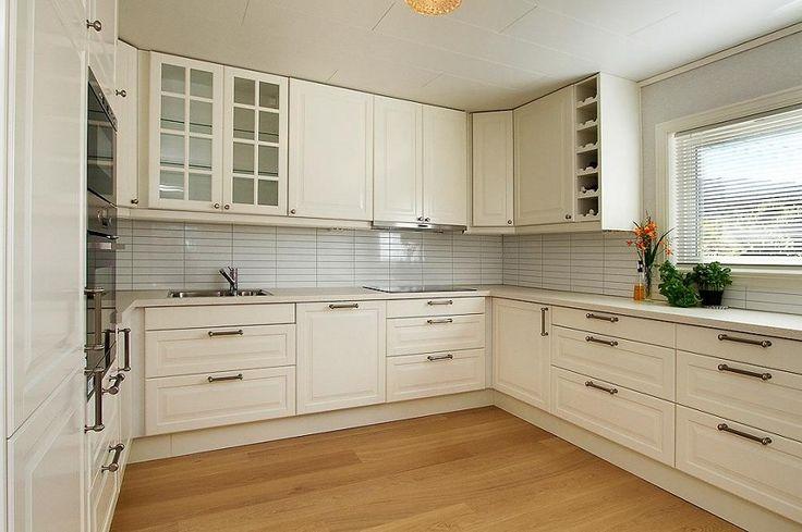 Fint kjøkken; skuffer i steden for underskap samt innebygget oppvaskmaskin