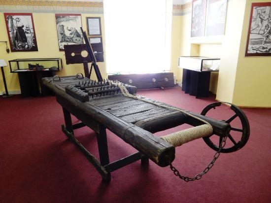 Keskiaikaisten kidutusvälineiden museo esittelee kuvien ja tekstien kera piinaavia laitteita ja esineitä, joilla menneinä aikoina on tuotettu tuskaa. Esillä olevat tavarat ovat jäljennöksiä. Pieni museo sijaitsee Vanhassakaupungissa Viru-kadun varrella. #torturemuseum #tallinn #eckeroline