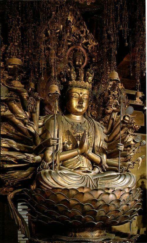 【京都・三十三間堂/千手観音坐像(1254年)】湛慶作。檜材の寄木造。漆箔、玉眼。42手で千手を表す通例の像形。42本の手のうち、2本は胸前で合掌、もう2本は腹前で宝鉢を持ち、他の38本の脇手で法輪、錫杖、水瓶等様々な持物を持つ。
