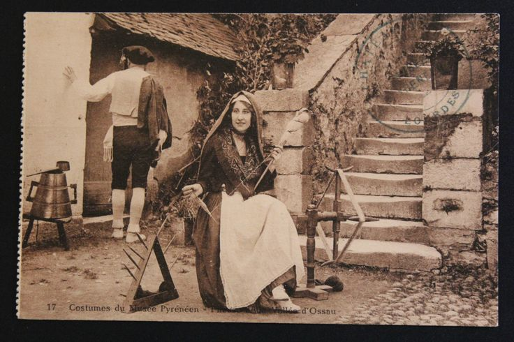Carte Postale Ancienne CPA Animée Costumes Pyrénées Fileuse DE LA Vallée D'Ossau.  NOTE: the spindle stand