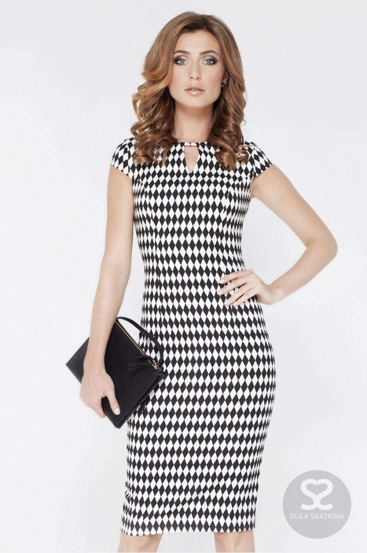 Платье футляр с черно-белым принтом   Skazkina