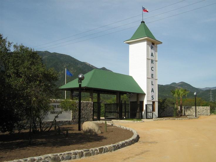 Puerta de acceso a las parcelas de Los Altos de Olmué. www.losaltosdeolmue.cl