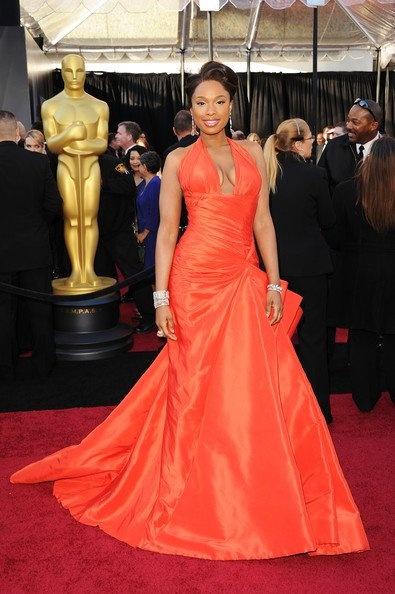 Jennifer Hudson hizo su aparición con este vestido con un gran escote en forma de V. En algunas zonas era drapeado, y estaba firmado por Versace.