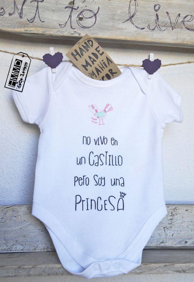 No vivo en un castillo pero soy una princesa. Body con frases para bebés HMMD Handmademaniadecor, regalo para el día de la madre, día del padre o para recién nacido. Baby body suits with phrases by HMMD, ideal for gifts.