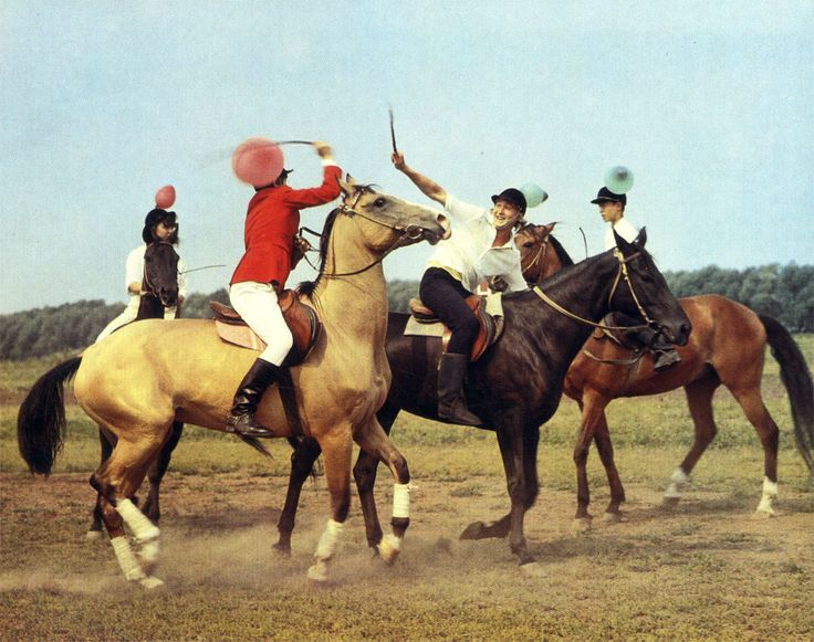 Увлекательная игра 'бой султанчиков' требует от ребят уменья крепко держаться в седле и ловко поражать цель