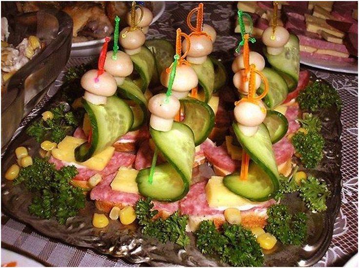 Канапе — маленькие бутерброды «на один укус» — идеальная закуска для праздничного стола или фуршета. Готовить их можно из любых продуктов, руководствуясь вкусом и правилами сочетаемости. Мы предлагаем взять на заметку 10 простых рецептов праздничных канапе. Розочки Для приготовления этих «романтичных» канапе понадобится слабосоленая или копченая рыба, нарезанная тонкими пластами, сливочный сыр и хлеб, например, багет. Хлеб нарезать на кусочки